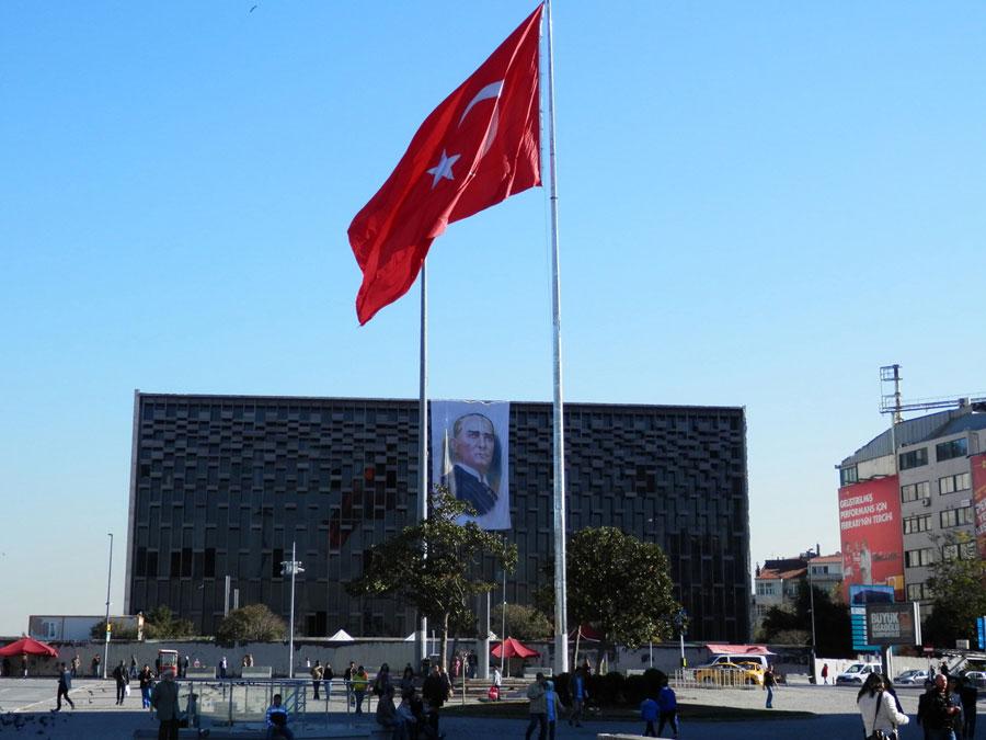 Le centre culturel Atatürk, un bâtiment (moche) qui surplomble la place Taksim. Il est en travaux actuellement.