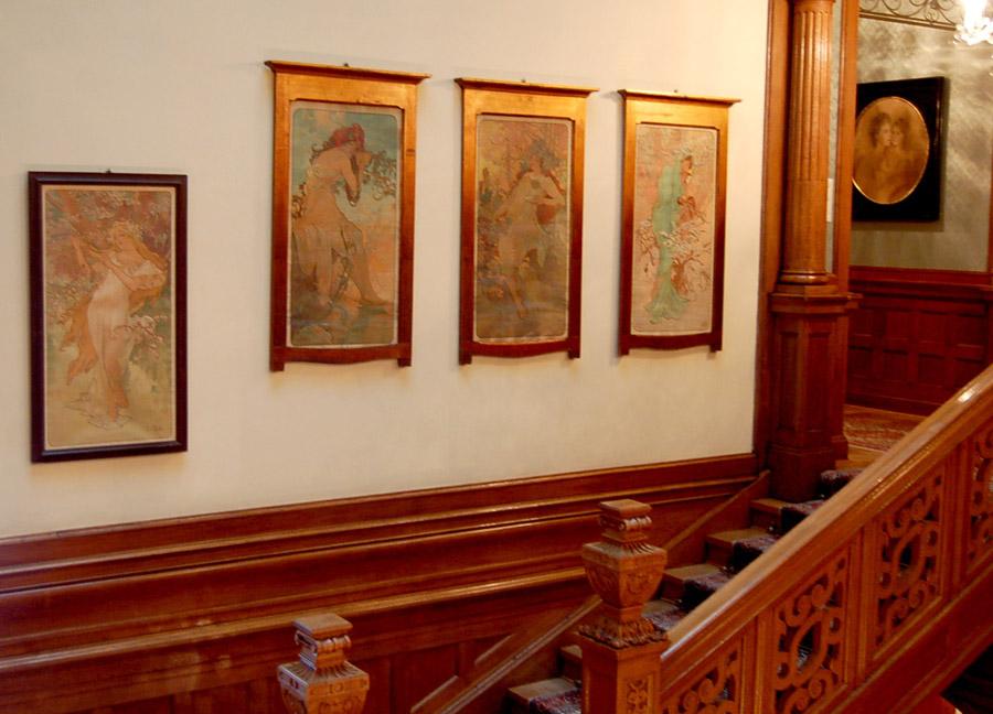 Des tableaux de Mucha dans l'escalier. Crédit : Curious Expeditions / FlickR