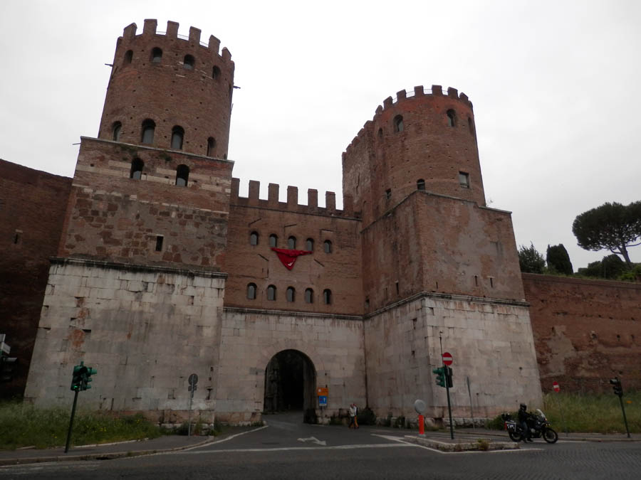 Une des portes de Rome sur la Via Antica