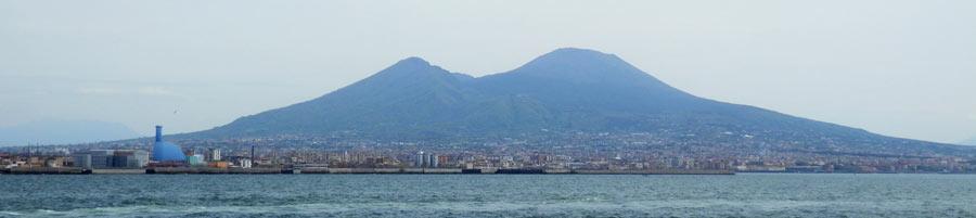 Le Vésuve surplombant la baie de Naples
