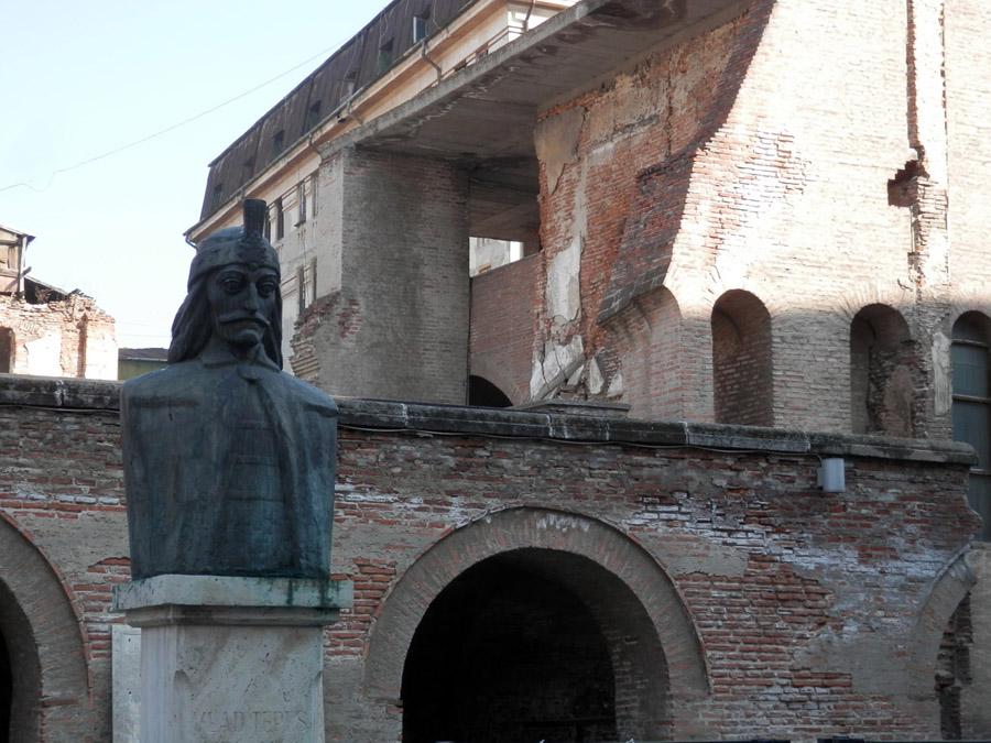 Face au caravansérail, une statue de Vlad Tepes et les ruines de son ancien palais.