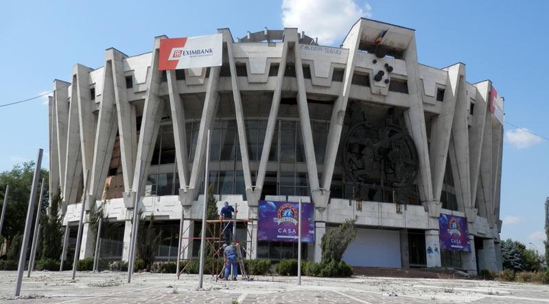 """Le cirque de Chisinau, construit en 1981, fermé en 2004 et officiellement en """"rénovation"""" depuis."""