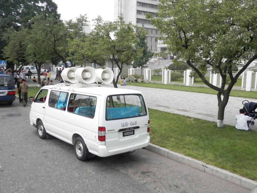 Une camionnette de propagande, qui circule dans les rues à faible vitesse en balançant des slogans.