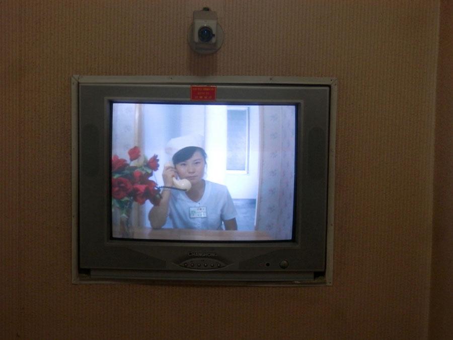 En Corée, lorsqu'une femme accouche, les visites sont limitées pendant le premier mois (pour protéger le bébé des infections). Du coup, les maternités disposent de sorte de parloirs pour qu'on puisse quand même voir le bébé.