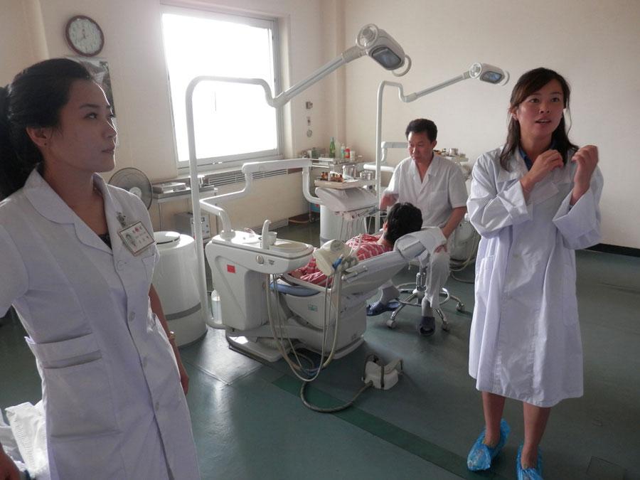 La jolie femme à gauche est la docteur qui nous a fait la visite.
