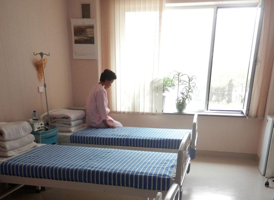 """L'une des deux """"patientes"""" que nous verrons. Notez les lits pas faits."""