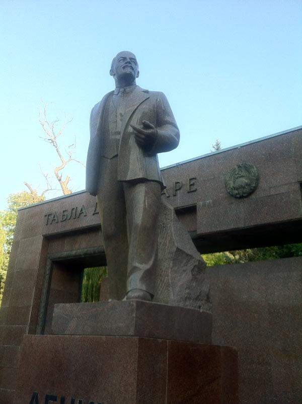 Une statue de Lénine, située auparavant sur la place centrale de la ville, à la place de l'actuelle statue de Stephan cel Mare. Elle a été reléguée au fond d'un parc.
