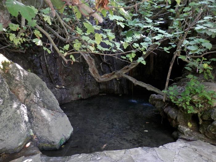 """Voici """"ce lieu de toute beauté, un bassin d'eau douce creusé naturellement dans une grotte au milieu de la verdure"""", selon les guides touristiques. Mouais."""