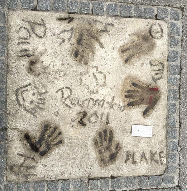 """On y trouve aussi un """"Walk of Stars"""", avec notamment les empreintes de Rammstein."""