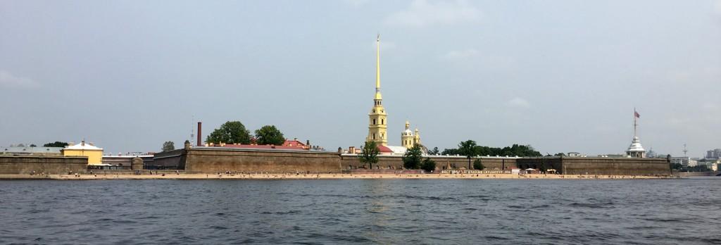 Venir en bateau permet de profiter d'une belle vue de la ville depuis l'eau. Ici, la forteresse Pierre-et-Paul.